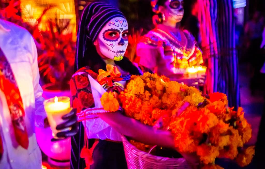 Femme maquillée pendant la fête des morts