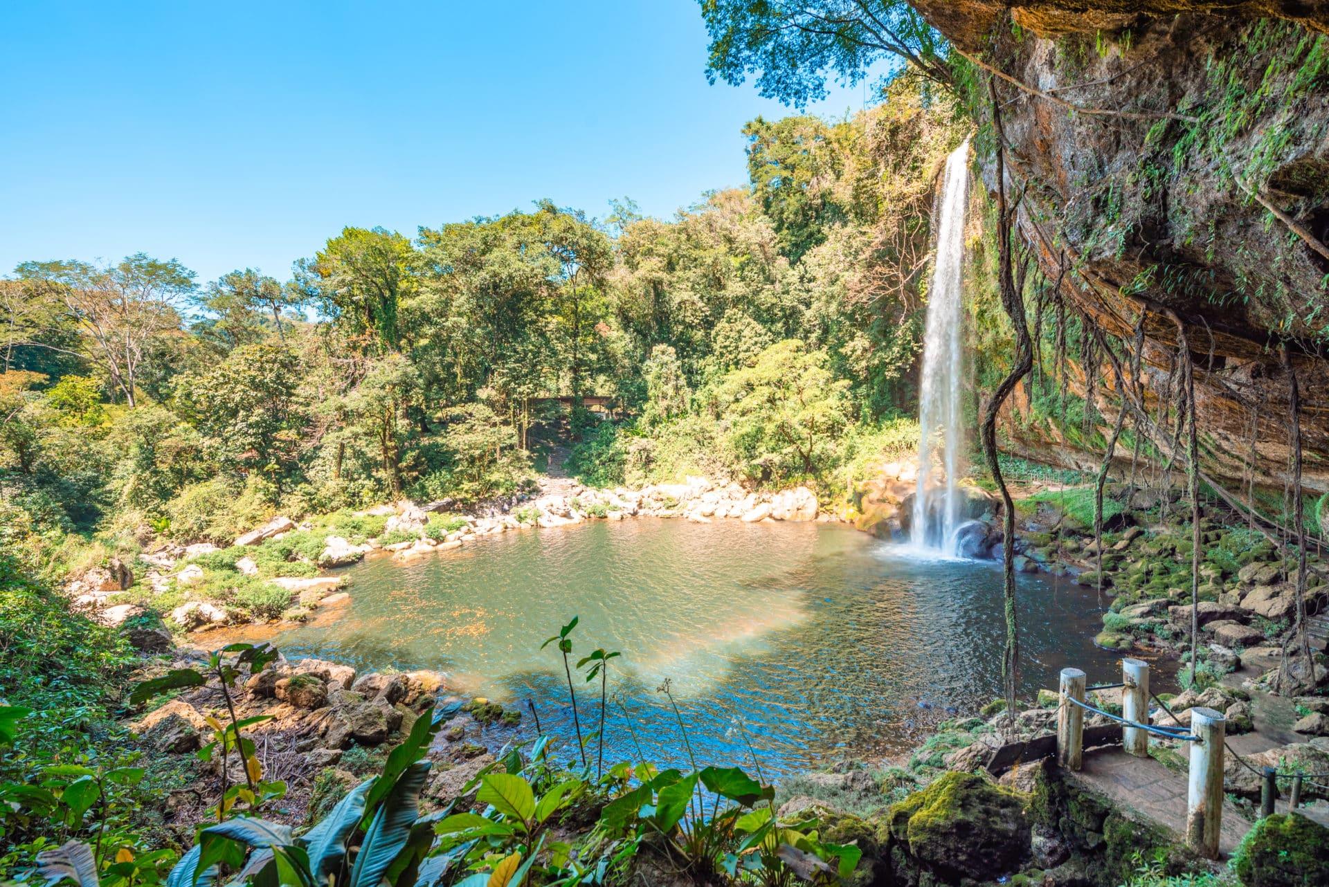 Vue de la cascade de Misol Ha de coté