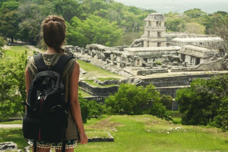 Femme regardant les ruines mayas de Palenque