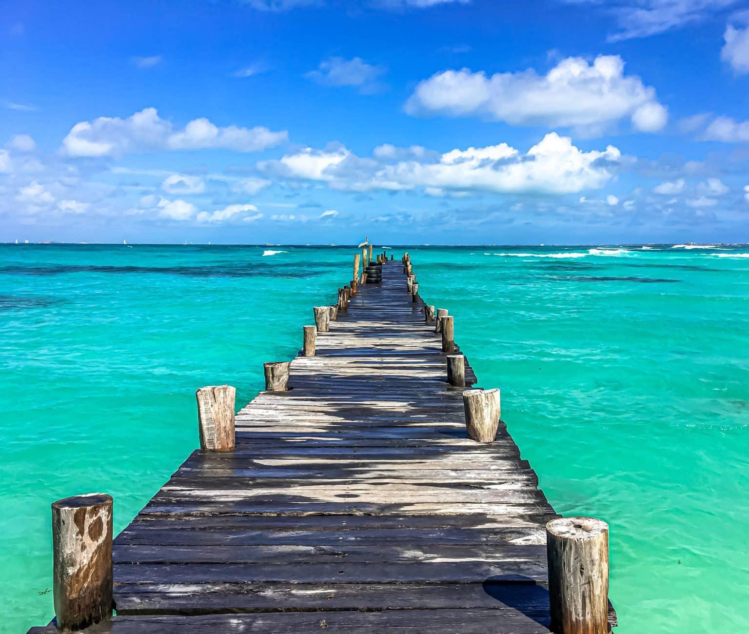 Vue d'un ponton d'une plage à Cancun au Mexique