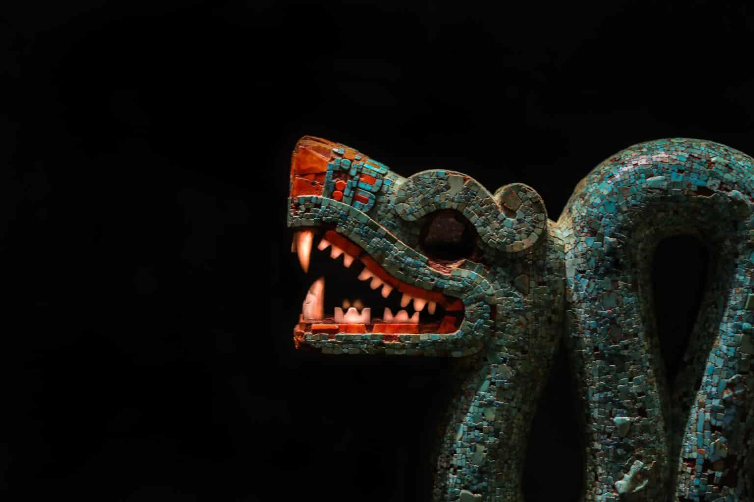 Sculpture d'un dieu aztèque