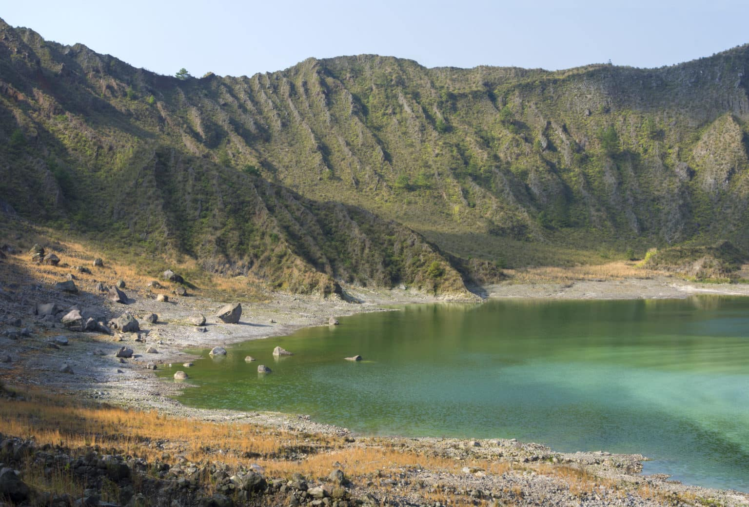 Lac vert sulfurique et intérieur accidenté du cratère du volcan El Chichonal au Chiapas, Mexique, par une journée ensoleillée